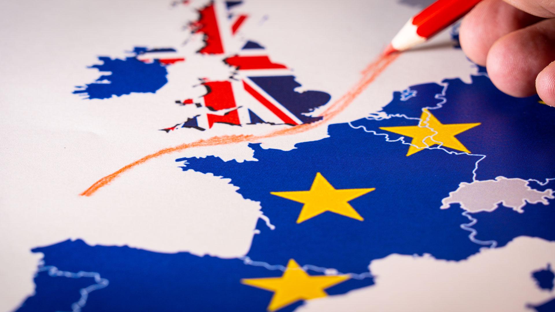 Landkarte mit symbolisch trennender Linie zwischen EU und GB
