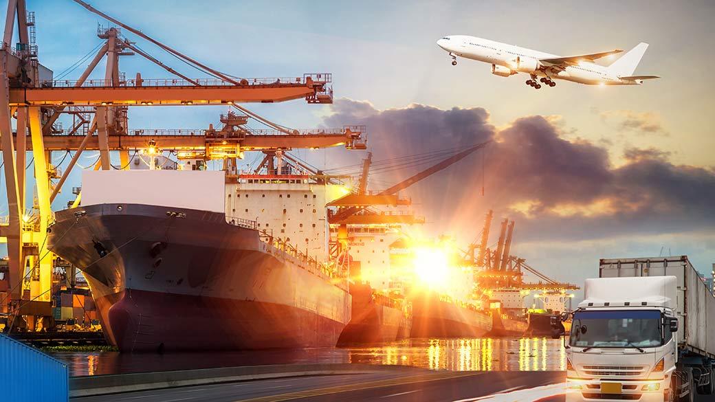 Fotomontage mit Flugzeug, Truck und Frachtschiff